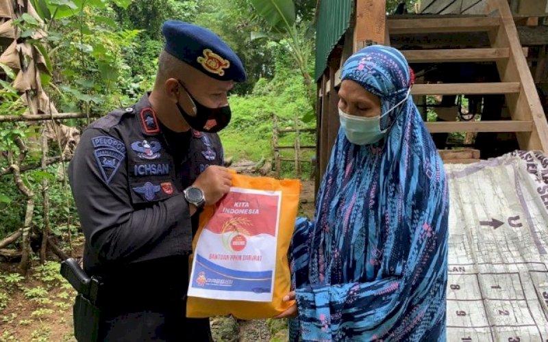 BANTUAN. Danyon C Pelopor Satbrimob Polda Sulsel, Kompol Nur Ichsan, menyerahkan bantuan kepada masyarakat terdampak Covid-19 di Bone, Sabtu (17/7/2021). foto: istimewa