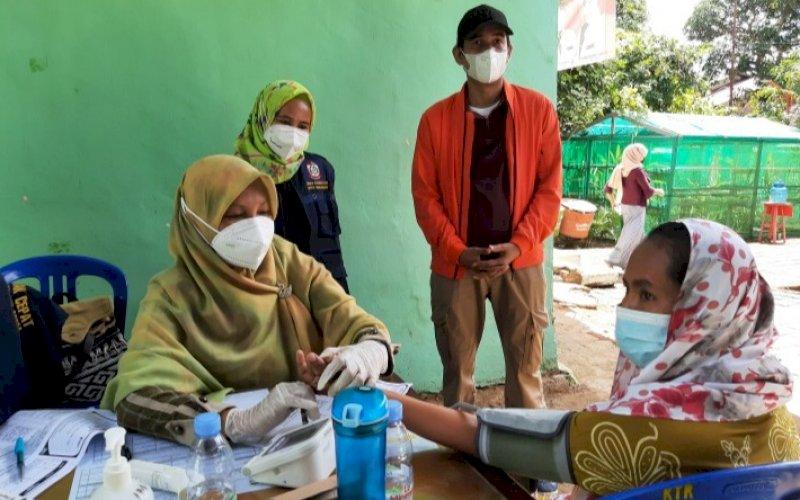 PENINJAUAN. Ketua DPRD Kota Makassar, Rudianto Lallo, meninjau langsung pelaksanaan vaksinasi Covid-19 di Kelurahan Lakkang, Kecamatan Tallo, Kota Makassar, Minggu (18/7/2021). foto: doelbeckz/pluz.id