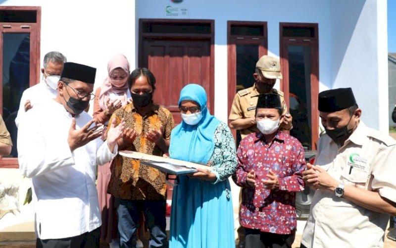PERSEMIAN. Wali Kota Makassar, Moh Ramdhan Pomanto, meresmikan progran bantuan bedah rumah dari AMCF Sulsel, Senin (19/7/2021). foto: istimewa