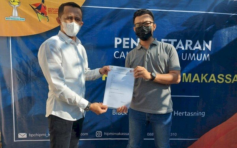 PENDAFTARAN. Maulana Risky Ramadhan (kiri) mengambil formulir pendaftaran sebagai bakal calon Ketua Umum BPC Hipmi Kota Makassar di Black Canyon Coffee, Jl Hertasning, Makassar, Senin (19/7/2021). foto: istimewa