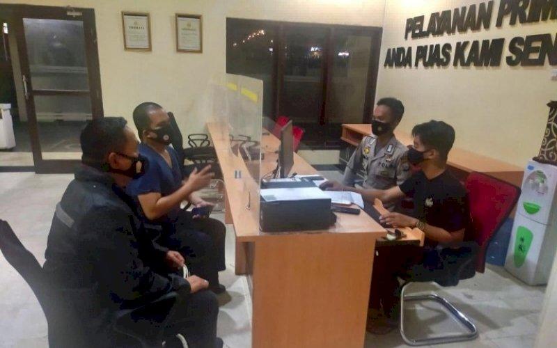 MELAPOR. Komisaris Klinik WMC Makassar, Wachyudi Muchsin, melaporkan dua oknum yang mengaku wartawan media online ke Polda Sulsel terkait dengan dugaan penyebaran berita hoaks berujung pemerasan, Minggu (18/7/2021). foto: istimewa
