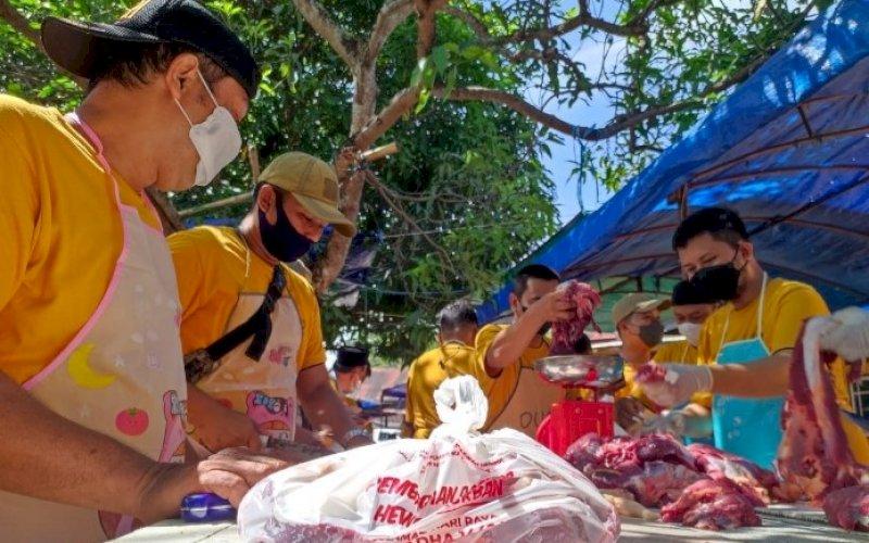 BERBAGI. PT Persero di Hari Raya Iduladha 1442 H melakukan pemotongan hewan kurban sebanyak 55 ekor khusus di wilayah Kota Makassar dan dagingnya dibagikan kepada masyarakat di sekitar wilayah kerja Perseroan, Selasa (20/7/2021). foto: istimewa