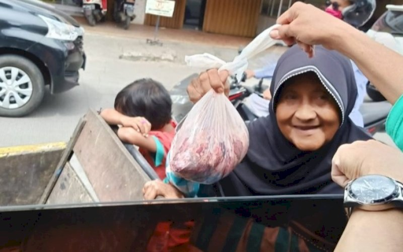 BERBAGI. DPW IV INAMPA di Hari Raya Iduladha 1442 H melakukan pemotongan hewan kurban dan membagikan dagingnya kepada warga di sejumlah lokasi. foto: istimewa