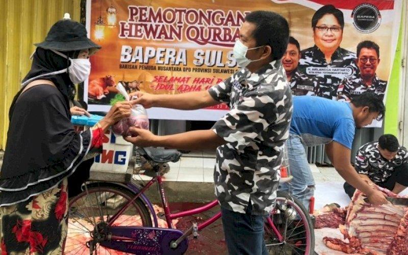 BERBAGI. DPD Bapera Sulsel membagikan daging kurban ke masyarakat di Sekretariat Bapera Sulsel, Jl AP Pettarani, Kota Makassar, Kamis (22/7/2021). foto: istimewa