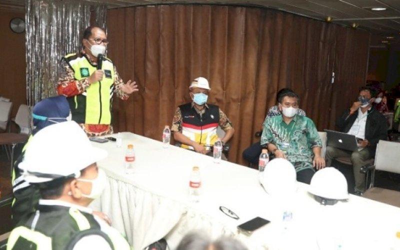 RAPAT PERSIAPAN. Wali Kota Makassar, Moh Ramdhan Pomanto, memimpin rapat persiapan peluncuran isolasi apungbersama stakeholder terkait di Pelabuhan Petikemas Makassar, Kamis (22/7/2021). foto: istimewa