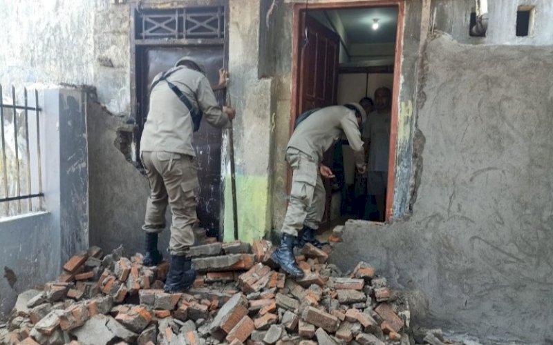 TERBUKA. Akses masuk ke Rumah Tahfidz Qur'an Nurul Jihad akhirnya terbuka usai dibongkar petugas Satpol PP, Sabtu (24/7/2021). foto: istimewa