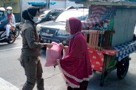 Satpol PP Pemkot Makassar Bagikan Sembako kepada PKL