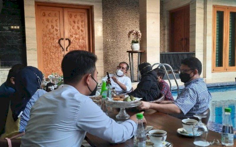 KOORDINASI. Tim Dokter Makassar Recover DR Dr Muji Iswanty SH MH SpKK MKes saat menemui Wali Kota Makassar Moh Ramdhan Pomanto di kediaman pribadinya, Jl Amirullah, Kota Makassar, Minggu (25/7/2021). foto: istimewa