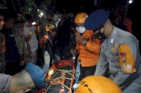 Truk Terjun ke Jurang, Begini Perjuangan Tim SAR Brimob Bone Evakuasi Korban