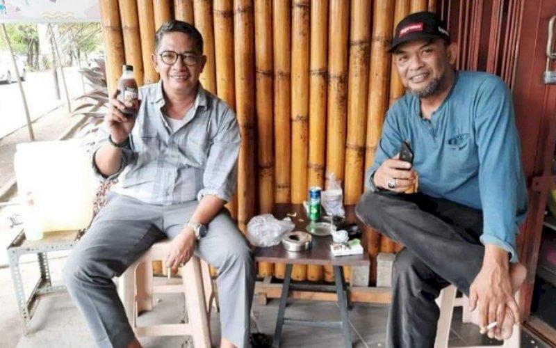 TRADSAR. Konsumen Tradsar Sari Buah Mengkudu Dr Mustawa Nur SH MH (kiri) bersama Produsen Tradsar Sari Buah Mengkudu Djusman AR. foto: istimewa