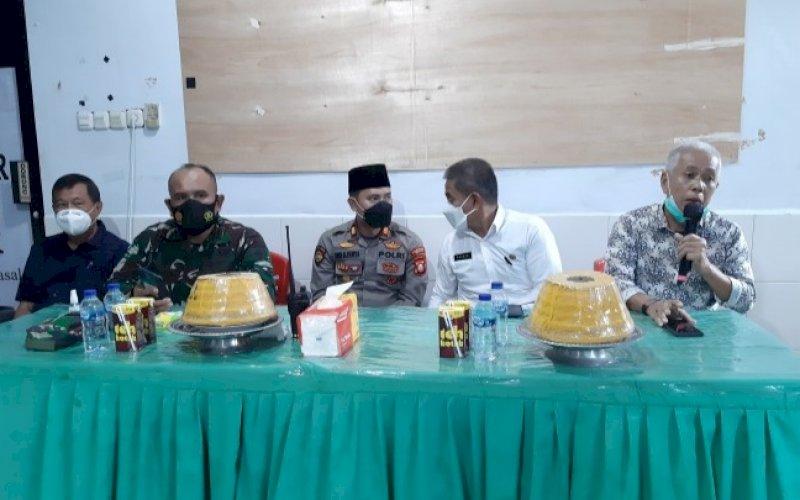 PERMOHONAN MAAF. Anggota DPRD Kabupaten Pangkep dari Fraksi PAN, Amiruddin (kanan), menyatakan permohonan maaf di Ruang Rapat Kantor Lurah Masale, Kecamatan Panakkukang, Kota Makassar, Rabu (28/7/2021). foto: istimawa