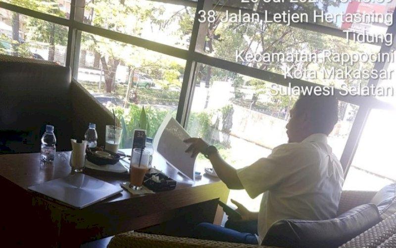 NONGKRONG. Manager Sub Bagian Fasilitas & Umum PT PLN UIP Sulawesi, Cristoffel Sigalingging, kedapatan asyik bersantai dan nongkrong di Black Canyon Coffee, Hertasning, Makassar, saat jam kerja sekitar pukul 13.48 WITA, Senin (26/7/2021) lalu. foto: istimewa