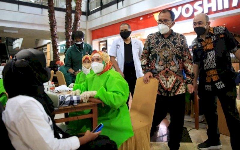 PENINJAUAN. Wali Kota Makasssar, Moh Ramdhan Pomanto, meninjau vaksinasi yang digelar Yayasan Hajdi Kalla bersama IDI Kota Makassar di MaRI Makassar, Kamis (29/7/2021). foto: istimewa
