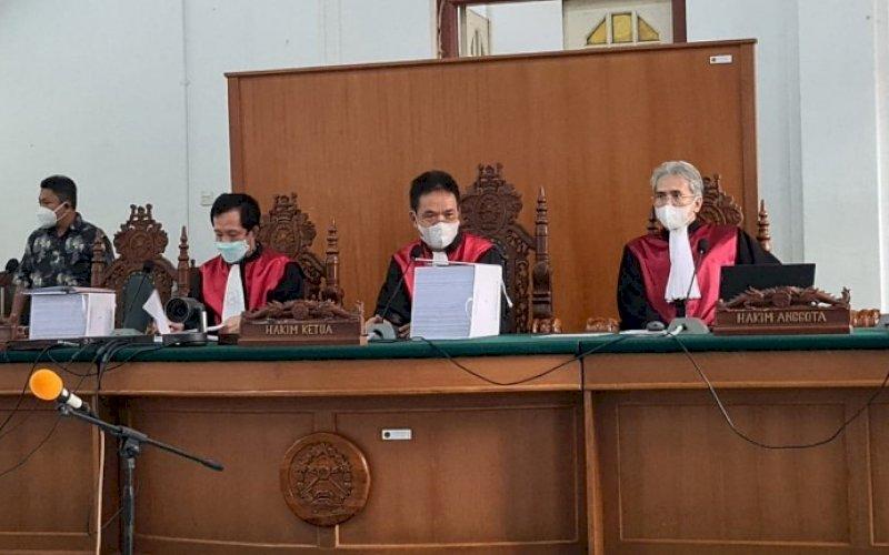 SIDANG NA. Sidang dugaan Tipikor dalam bentuk suap dan gratifikasi yang menyeret Gubernur Sulsel nonaktif, Nurdin Abdullah (NA), sebagai terdakwa kembali digelar di Ruang Sidang Utama Pengadilan Tipikor Negeri Makassar, Kamis (29/7/2021). foto: istimewa