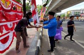 Jumat Berkah, KNPI Makassar Berbagi Nasi Dos