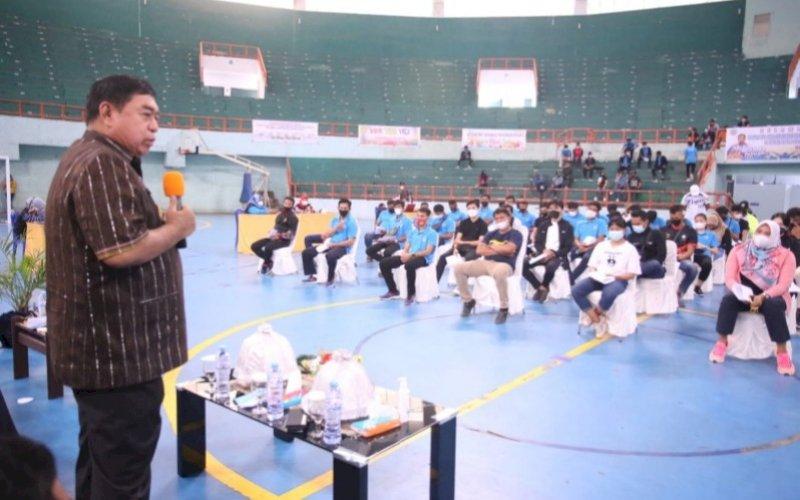 PEMANTAUAN. Sekda Provinsi Sulsel, Abdul Hayat Gani, memantau proses vaksinasi kontingen Sulsel PON XX Papua 2021 di GOR Sudiang Makassar, Jumat (30/7/2021). foto: istimewa