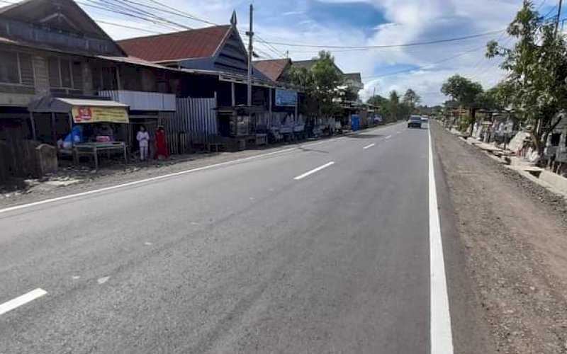 PEMBANGUNAN JALAN. Akses jalan yang mulus kini bisa dinikmati di ruas Kabupaten Soppeng hingga batas Kabupaten Sidrap seperti terekam, Senin (5/6/2021). foto: istimewa