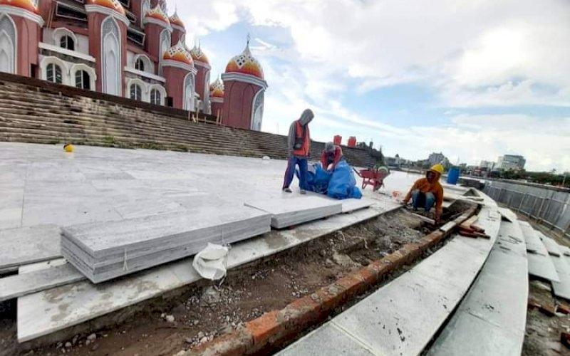 PENGERJAAN. Pekerja kembali melanjutkan pengerjaan pembangunan Masjid 99 Kubah yang berada di area Center Point of Indonesia (CPI) Makassar. foto: istimewa