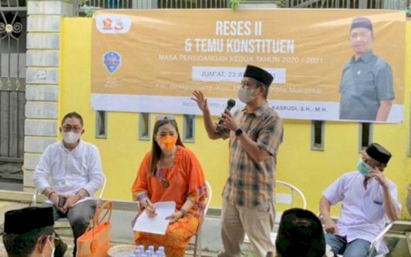 RESES. Anggota DPRD Kota Makassar, Kasrudi, menggelar tatap muka dengan konstituen di Kelurahan Biring Romang, Kecamatan Managgala, Kota Makassar, Jumat (23/4/2021). foto: istimewa