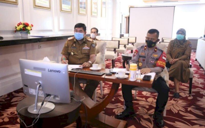 PIMPIN RAPAT. Sekda Provinsi Sulsel, Abdul Hayat Gani (kiri), memimpin rapat Pokja Kehutanan Sosial di ruang rapat kerjanya, Selasa (3/8/2021). foto: istimewa