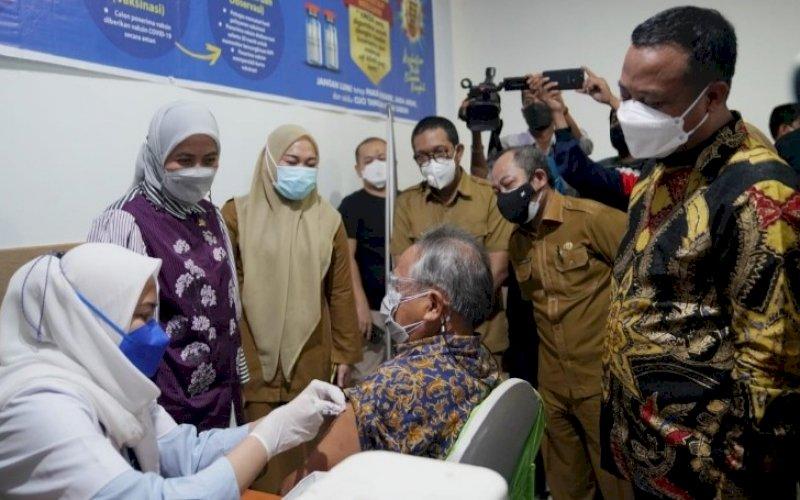 VAKSINASI. Plt Gubernur Sulsel, Andi Sudirman Sulaiman, memantau vaksinasi di RSKAD Dadi Makassar, Senin (2/8/2021). foto: istimewa