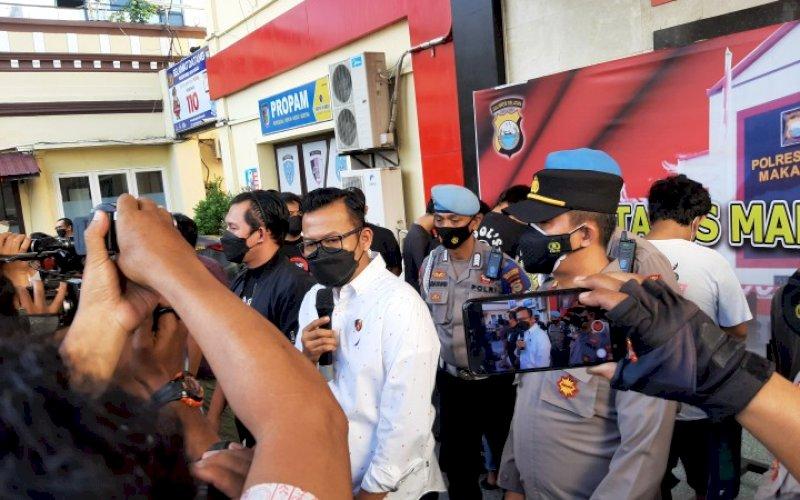 BERI KETERANGAN. Kasat Reskrim Polrestabes Makassar, Kompol Jamal Fathur Rakhman, memberikan keterangan kepada wartawan di Polrestabes Makassar, Rabu (4/8/2021) sore. foto: doelbeckz/pluz.id