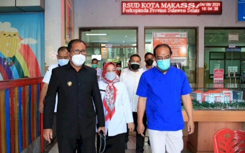 PENINJAUAN. Wali Kota Makassar, Moh Ramdhan Pomanto (kiri), meninjau RSUD Daya Kota Makassar, Rabu (4/8/2021). foto: istimewa