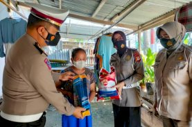 Samsat Gowa Berikan Bantuan ke Lansia dan Warga Kurang Mampu