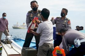 Ditlantas Polda Sulsel Bagikan Bantuan untuk Nelayan di Tengah Laut