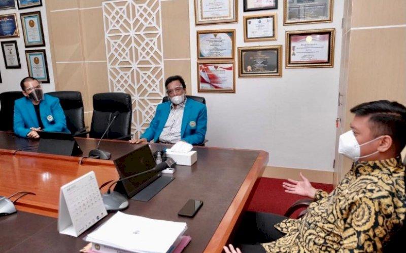 SILATURAHMI. Bupati Gowa Adnan Purichta Ichsan YL menerima rombongan pimpinan UIM dipimpin Wakil Rektor I Prof DR Arfin Hamid SH MH, Ketua Pusat Penelitian Jagung dan Serealia UIM M Yasin HG, Kabag Humas dan Kerja Sama UIM dr Wachyudi Muchsin SH MKes, Jumat (6/8/2021). foto: istimewa