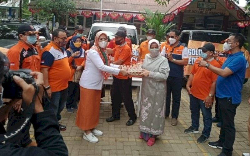 BERBAGI. Bunda PAUD Kota Makassar, Indira Jusuf Ismail, menyerahkan bantuan sembako kepada warga terdampak pandemi Covid-19, Jumat (6/8/2021). foto: istimewa