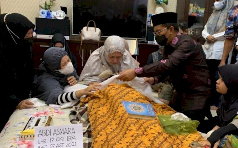 MELAYAT. Wali Kota Makassar Moh Ramdhan Pomanto melayat atas meninggalnya anggota DPRD Kota Makassar dari Fraksi Demokrat Abdi Asmara, Sabtu (7/8/2021). foto: istimewa