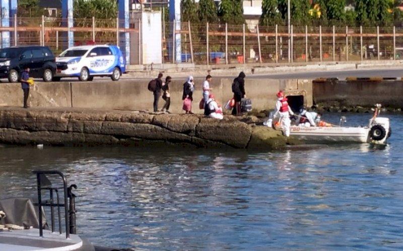 ISOLASI. Pasien Covid-19 diberangkatkan menuju ke tempat Isolasi Apung Terpadu di KM Umsini, Jumat (6/8/2027). foto: istimewa