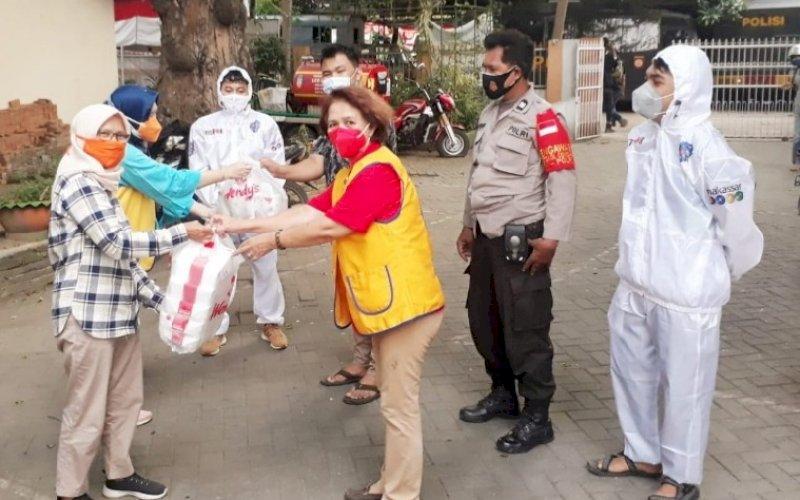 BERBAGI. Lions Club Makassar Rajawali (LCMR) menggelar kegiatan fundraising dengan membagikan sekitar 320 nasi dos kepada masyarakat Kota Makassar yang terdampak pandemi Covid-19, Sabtu (7/8/2021). foto: istimewa
