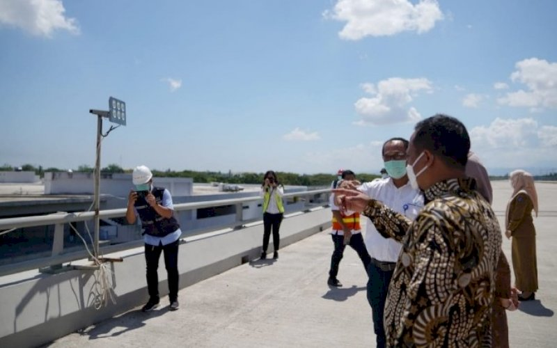 PENINJAUAN. Plt Gubernur Sulsel, Andi Sudirman Sulaiman, meninjau lokasi pembangunan perluasan Bandara Internasional Sultan Hasanuddin Makassar, Senin (9/8/2021). foto: istimewa