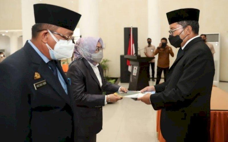 PELANTIKAN. Wali Kota Makassar, Moh Ramdhan Pomanto, melakukan pelantikan dan pengambilan sumpah jabatan dua pejabat pimpinan tinggi pratama di lingkungan Pemkot Makassar di Baruga Anging Mammiri, Senin (9/8/2021). foto: istimewa