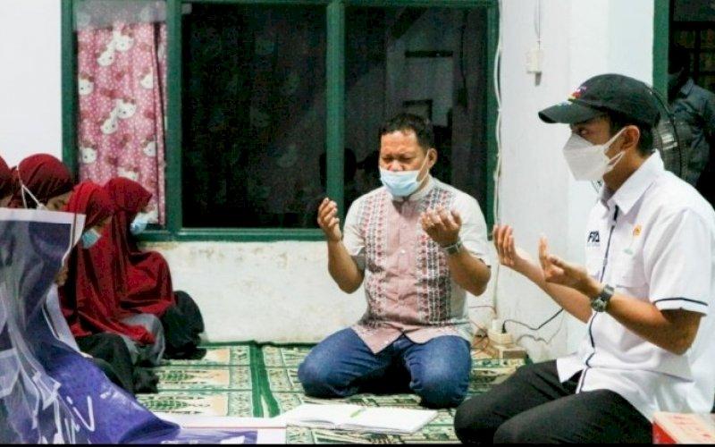 FTA PEDULI. Calon Ketua Umum Hipmi Kota Makassar periode 2021- 2024, Fadel Muhammad Tauphan Ansar (kanan), menyalurkan bantuan di panti asuhan. foto: istimewa