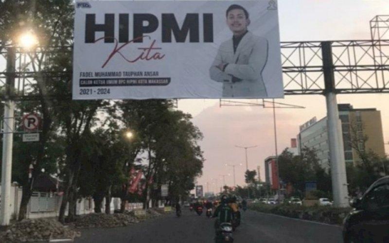 BALIHO FTA. Alat peraga kampanye milik Calon Ketua Umum Hipmi Kota Makasar, Fadel Muhammad Tauphan Ansar, tampak menghiasi sejumlah ruas jalan protokol di Kota Makassar, seperti terekam, Selasa (10/8/2021). foto: istimewa