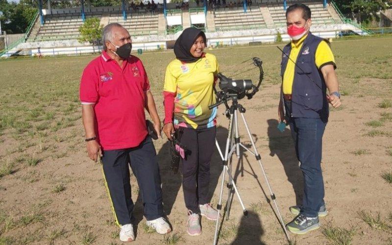 BERI MOTIVASI. Ketua KONI Provinsi Sulsel, Ellong Tjandra (kiri), saat menemui atlet panahan Sulsel persiapan PON yang tengah latihan di stadion olahraga kampus UNM di Kawasan Banta-bantaeng, Kota Makassar, Rabu (11/8/2021) sore. foto: istimewa