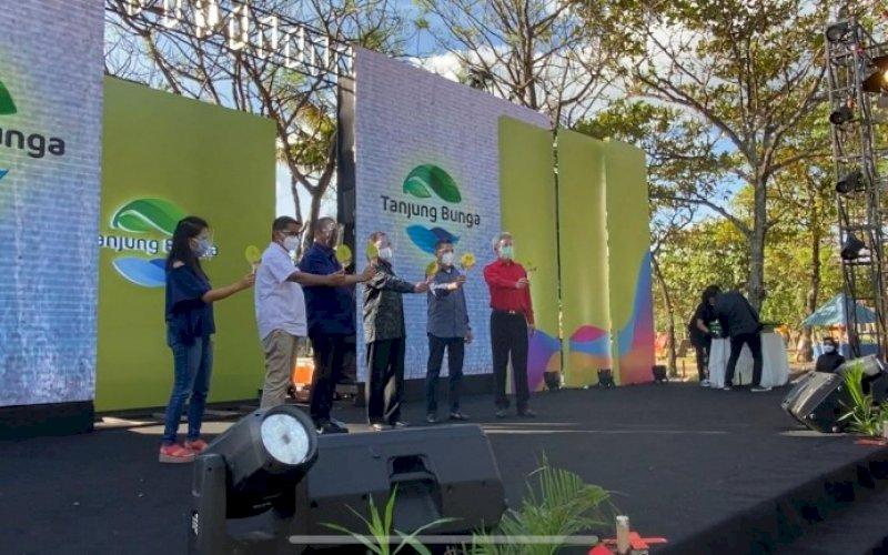 LAUNCHING. Wali Kota Makassar Moh Ramdhan Pomanto bersama Direksi dan Komisaris PT GMTD melakukan launching logo GMTD di sela-sela perayaan HUT GMTD ke-23 yang diselenggarakan di Pantai Akkarena Makassar, Kamis (12/8/2021). foto: istimewa