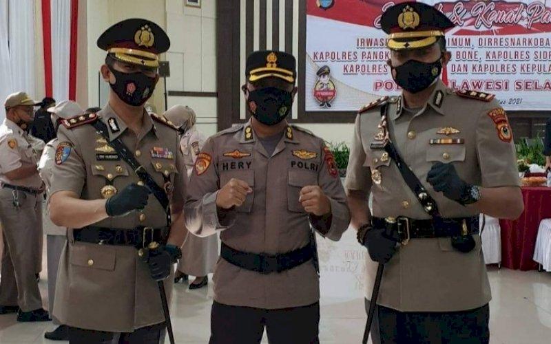 SERTIJAB. Serah terima jabatan Kapolres Bone dari AKBP Try Handako Wijaya Putra (kiri) kepada AKBP Ardyansyah (kanan) di Aula Mappaodang Polda Sulsel, Jumat (13/8/2021). foto: istimewa