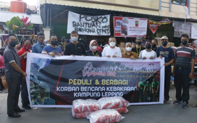 MCC PEDULI. Pengurus Makassar Cycling Club(MCC) melakukan kunjungan sekaligus menyerahkan bantuan kepada para korban bencana kebakaran yang menimpa warga Kampung Lepping di Jl Muh Tahir, Kelurahan Jongaya, Kota Makassar, Sabtu (14/8/2021). foto: istimewa