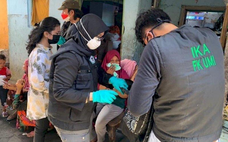 DOKTER PEDULI. Tim dokter alumni Kedokteran UMI mendatangi lokasi kebakaran di Kampung Lepping, Jl Muh Tahir, Kota Makassar. foto: istimewa