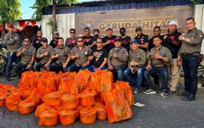 SALURKAN BANTUAN. Pengurus LSM Garuda Hitam mengunjungi sekaligus memberikan bantuan kepada korban kebakaran di Kampung Lepping, Jl Muh Tahir, Kota Makassar, Minggu (15/8/2021). foto: istimewa