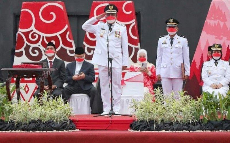 PIMPIN UPACARA. Wali Kota Makassar, Moh Ramdhan Pomanto, memimpin upacara 17 Agustus di Anjungan Pantai Losari Makassar, Selasa (17/8/2021). foto: istimewa