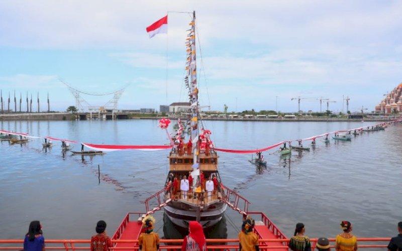 MERAH PUTIH. Bendera Merah Putih sepanjang 1.000 meter dibentangkan gabungan nelayan, aparat TNI/Polri, dan juga para penari di atas Kapal Pinisi di Pantai Losari Makassar, Selasa (17/8/2021). foto: istimewa