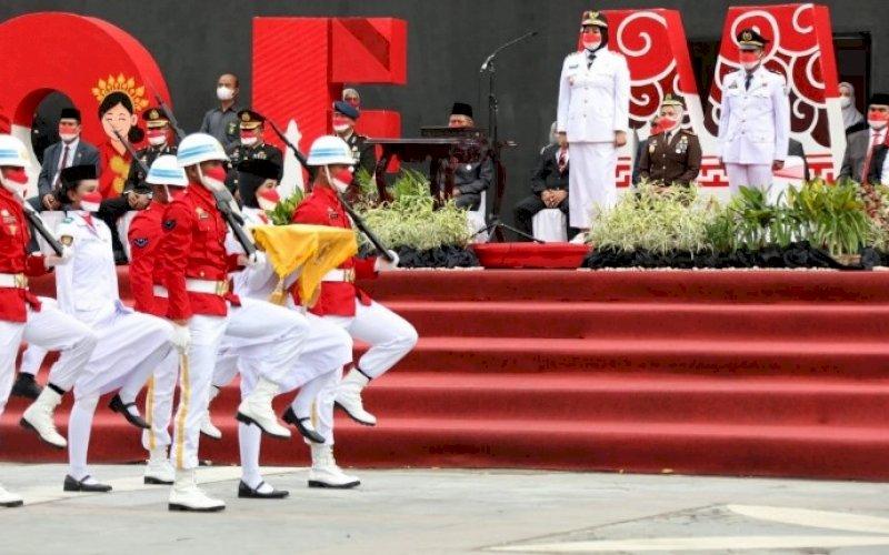 PENURUNAN BENDERA. Wakil Wali Kota Makassar, Fatmawati Rusdi, bertindak sebagai inspektur upacara pada penurunan bendera Merah Putih dalam rangkaian peringatan Hari Kemerdekaan RI ke-76 tahun 2021 tingkat Kota Makassar di pelataran Anjungan City of Makassar, Selasa (17/8/2021) sore. foto: istimewa