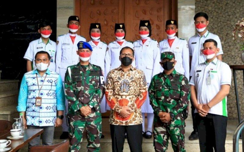 SILATURAHMI. Wali Kota Makassar, Moh Ramdhan Pomanto, menerima perwakilan Paskibraka Makassar yang bertandang ke kediaman pribadi di Jl Amirullah, Kota Makassar, Kamis (19/8/2021). foto: istimewa