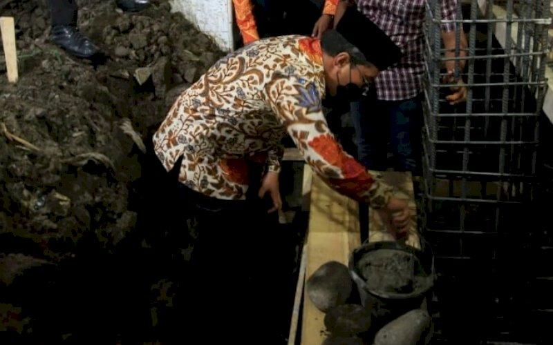 PEMBANGUNAN MASJID. Wali Kota Makassar, Moh Ramdhan Pomanto, melakukan peletakan batu pertama menjadi tanda dimulainya pembangunan Masjid Babu Taubah, Jl Indah Raya, Kelurahan Pannampu Capoa, Kecamatan Tallo, Kota Makassar, Kamis (19/8/2021). foto: istimewa