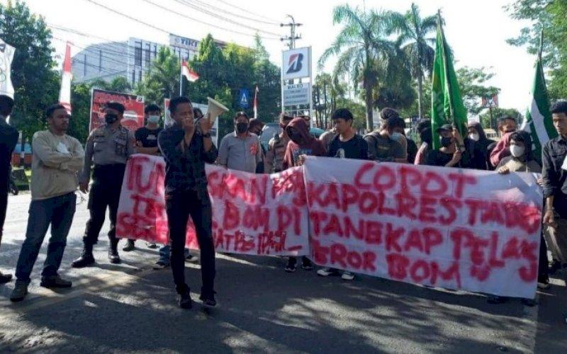 UNJUK RASA. Ratusan mahasiswa yang tergabung dalam PB IPMIL Raya menggelar aksi unjuk rasa di Mapolda Sulsel, Kamis (19/8/2021). foto: istimewa